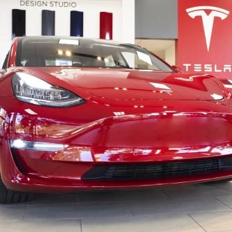 Капитализация Tesla перевалила за $1 трлн. Вот еще пять компаний с такой стоимостью и как долго они к этому шли /Фото Getty Images