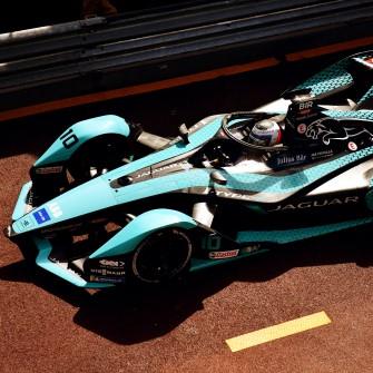 Автомобілі Формули-1 сотнями літрів спалюють викопне паливо, що суперечить боротьбі за чисте повітря. Як найшвидший спорт у світі намагається стати екологічнішим /Фото Getty Images