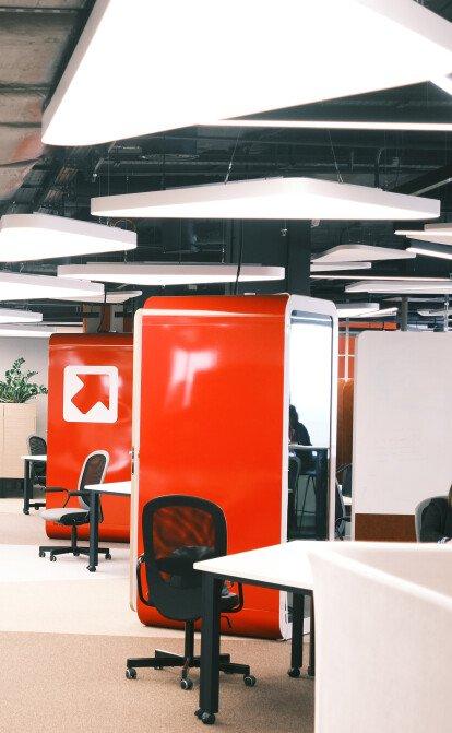 «Тиха» кімната, десятки дощок і ніяких стін. Як виглядає простір, де створюють ідеї в «Новій Пошті»