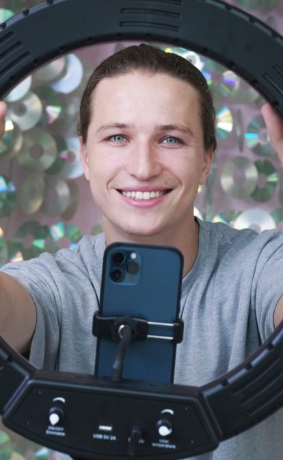 Ян Гордиенко стал звездой YouTube с контрактами на сотни тысяч долларов, но забросил любимую площадку. Зачем блогер подался в бизнес /Фото Александр Чекменев
